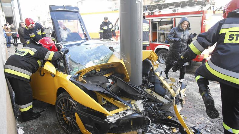 Do wypadku doszło w Sopocie przy Al. Niepodległości. Policja ustaliła, że kierowca lamborghini gallardo, obywatel Niemiec, jadąc w kierunku Gdańska, nie dostosował prędkości do warunków panujących na jezdni. Najpewniej stracił panowanie nad autem i wjechał na chodnik, potrącił jadącego chodnikiem rowerzystę i uderzył w słup oświetleniowy. Kierowca lamborghini i rowerzysta z urazami kończyn trafili do szpitala.