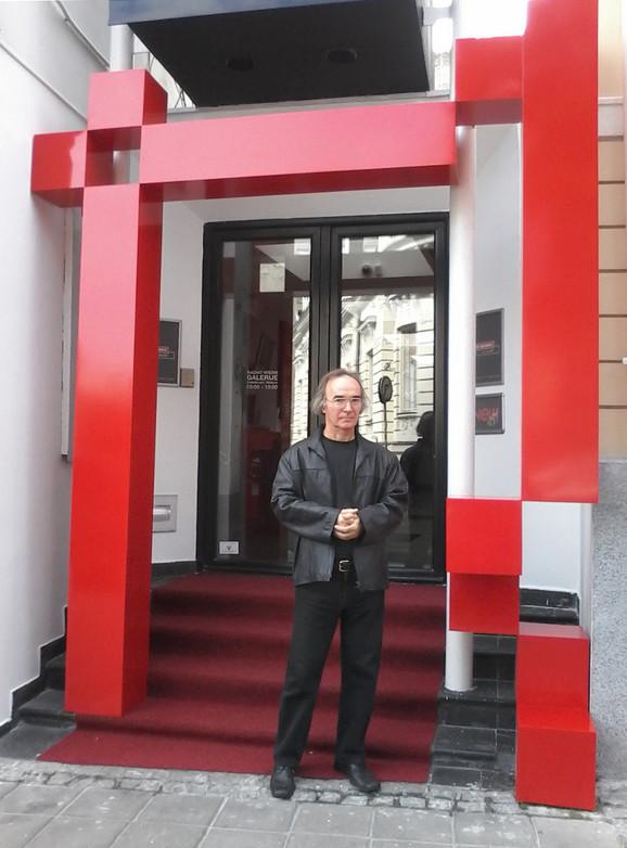 Milija Belić ispred skulpture Arche (Kapija), koja je postavljena na ulazu u galeriju New Moment