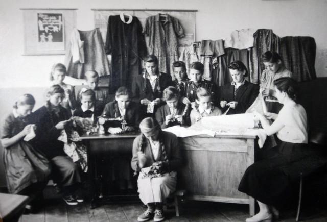 Učiteljica Stoja Vulić uči seoske devojke u Borkovićima kod Banjaluke da kroje i šiju