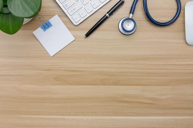 Według danych Centrum e-Zdrowia do 13 listopada 2020 roku lekarze wystawili 3,3 mln e-skierowań, a między 1 a 13 listopada 2020 roku w dzień roboczy średnio 32 tys.