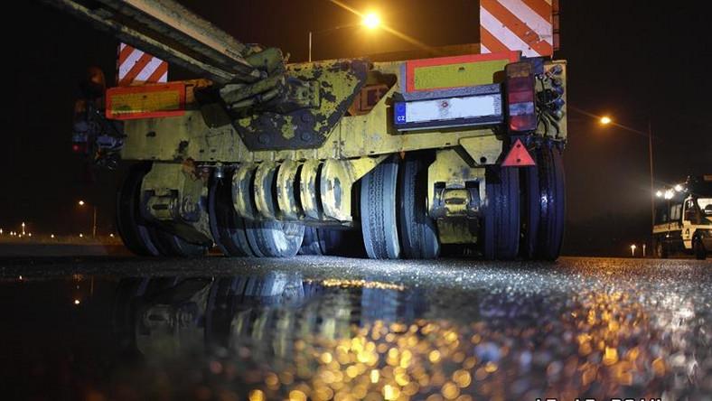 W nocy na autostradzie A1 w Gliwicach inspektorzy Śląskiego Wojewódzkiego Inspektoratu Transportu Drogowego zatrzymali do kontroli zespół pojazdów nienormatywnych, należący do czeskiego przewoźnika. Wykonywano nim transport z Czech do Polski.