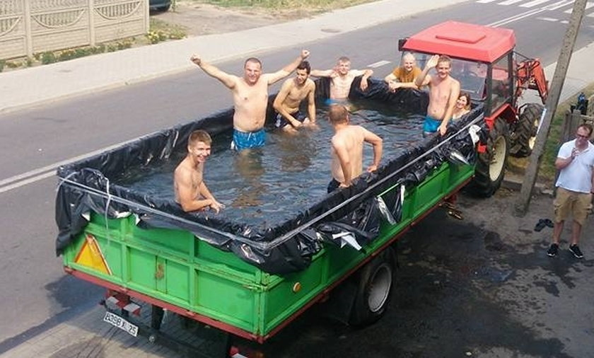 Zrobili basen w przyczepie