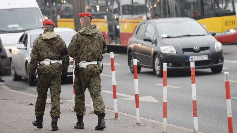 Patrol Żandarmerii Wojskowej na ulicy Warszawy