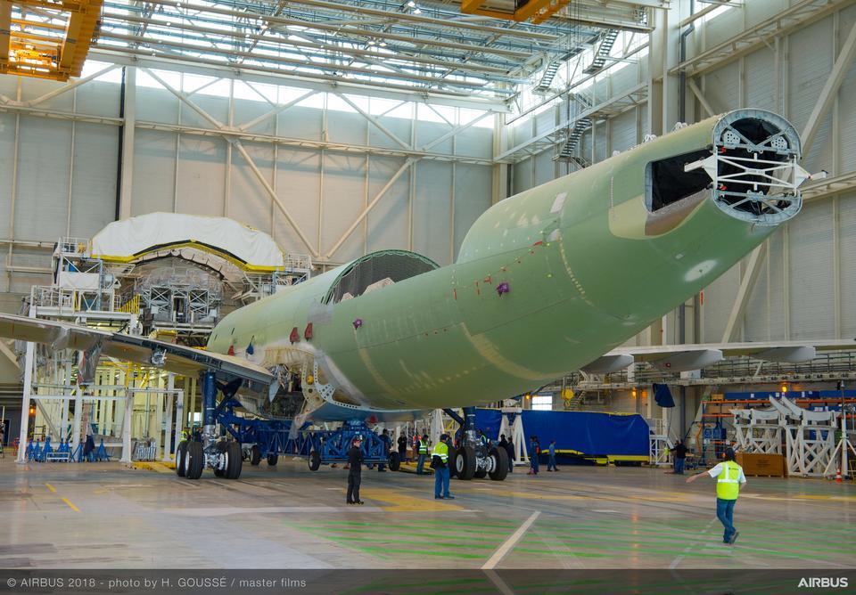 Airbus wykorzystuje flotę samolotów typu Beluga do przewożenia dużych elementów do konstrukcji samolotów, m.in. skrzydeł czy fragmentów kadłuba.