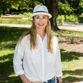 Stylowa Joanna Brodzik w dżinsach i kapeluszu