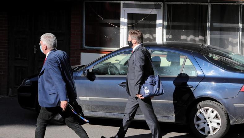 Senator PiS Stanisław Karczewski (L) i poseł PiS Marek Kuchciński (P) po spotkaniu kierownictwa PiS