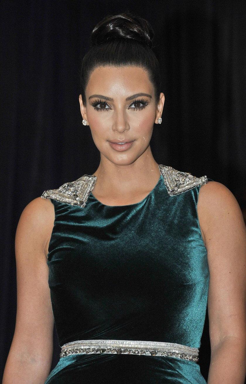 Kim Kardashian w welurowej sukience