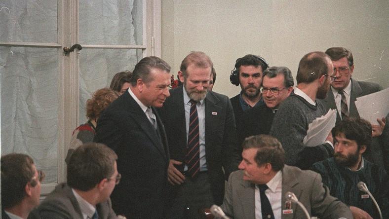 """Idea zorganizowania """"Okrągłego Stołu"""" zrodziła się 31 sierpnia 1988 roku podczas spotkania generała Czesława Kiszczaka z Lechem Wałęsą. Władze komunistyczne szukały porozumienia z opozycją, w sytuacji narastającej fali strajków i protestów społecznych."""