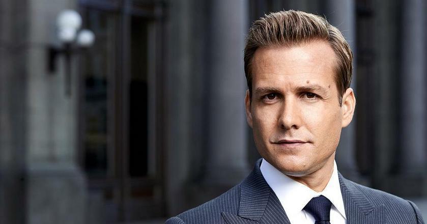 """Gabriel Macht jako Harvey Specter w serialu """"W garniturach"""" to przykład bardzo dobrze ubranego mężczyzny w biznesie"""