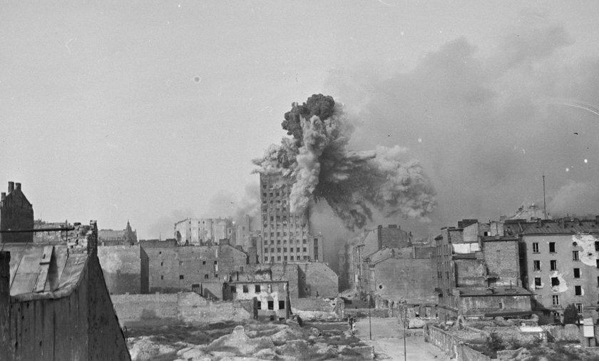 Zdjęcie ikona. Przedstawia eksplozję pocisku moździerzowego, który spadł na gmach Prudentialu.