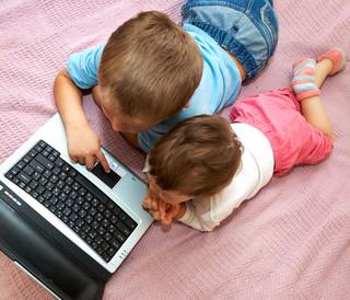 Dzieci tracą pieniądze w sieci. Już nawet 11-latkowie kupują przez internet