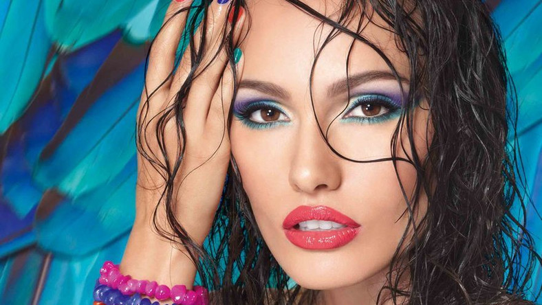 Makijaż mieniący się kolorami to gorący trend w letnim wizażu