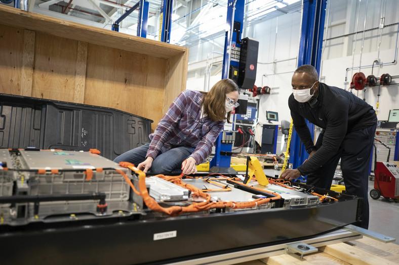 Ford przyspiesza prace badawczo-rozwojowe nad akumulatorami do samochodów elektrycznych i tworzy globalne centrum projektowe Ford Ion Park