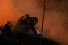 Novi Sad889 Vatrogasci pozar u barakama mostogradnje foto Nenad Mihajlovic