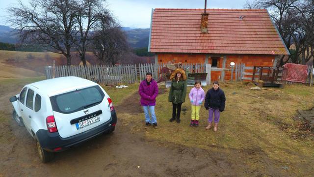 Posle pogibije glave kuće, majka Slađana sa troje dece preselila se kod familije u Gvozdac, a odatle u opštinski stan u Rogačici, koji je bliži školi ima sve uslove