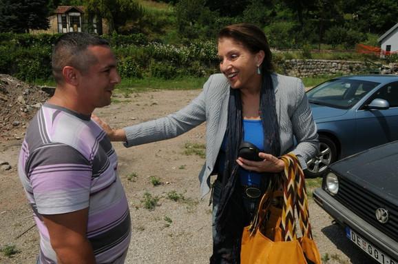 """Najveće iznenađenje za Miru bio je susret s Branislavom Dumitrovićem, koji je u filmu igrao Petrijinu bebu, a danas ima 33 godine, suprugu i decu. """"Kako si porastao!"""", našalila se glumica."""