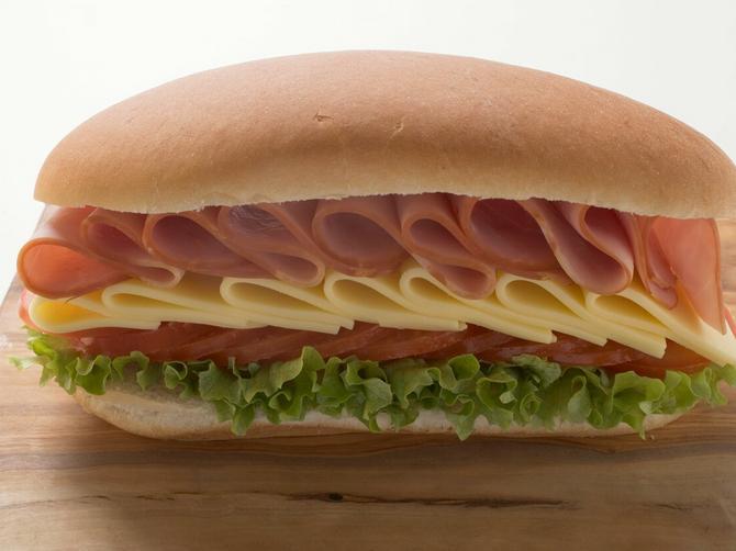 Ovo stalno jedete, a ne bi trebalo! Evo zbog čega je kombinacija sira i šunke POGUBNA