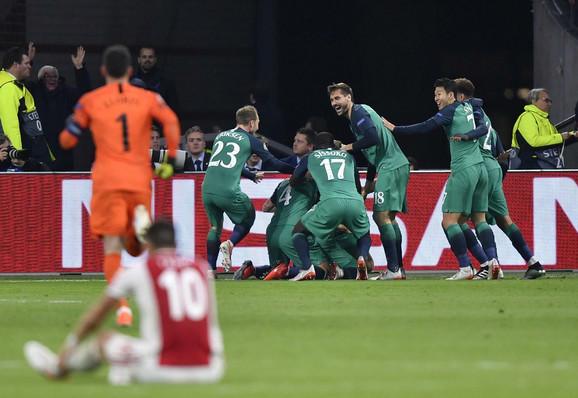 Tadić u neverici dok igrači Totenhema slave gol Lukaša Moure u 96. minutu za konačnih 2:3 i prolazak u finale Lige šampiona