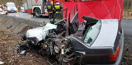 Czołowe zderzenie volkswagena z ciężarówką. 61-latek zginął na miejscu