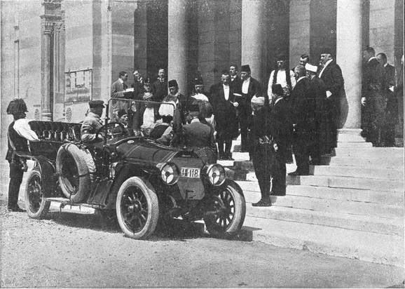 Ferdinand i njegova supruga ulaze u kočije pre atentata