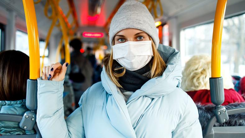 Kobieta w maseczce w autobusie
