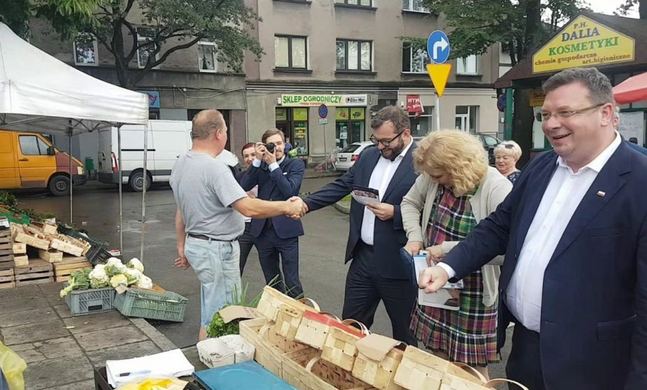 Wyborców szukali na targowisku!