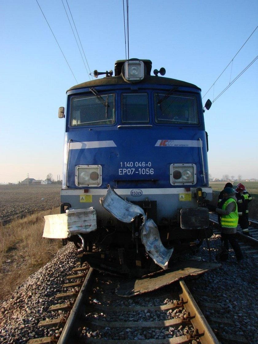 Samochód z butlami gazowymi wjechał pod pociąg