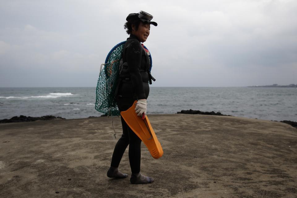 Wyspa Czedżu to także dom dla haenyeo, nazywanych też ostatnimi żyjącymi syrenami. Kobiety-nurkowie wstrzymują oddech na około 2 minuty i zanurzają się nawet na 65 metrów, by łowić ostrygi i inne morskie stworzenia