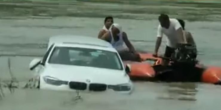 Image result for snimku na kojem mladić gura u rijeku automobil marke BMW