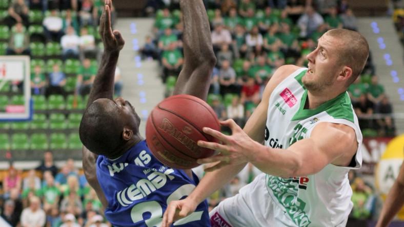 Przemysław Zamojski (P) z miejscowego Stelmetu oraz Kim Adams (L) z Rosy Radom podczas pierwszego półfinałowego meczu play off obu druży w ekstraklasie koszykarzy w Zielonej Górze