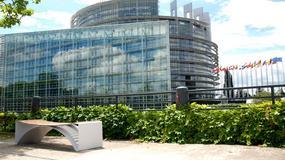 Pod Europarlamentem stanęła ławka zaprojektowana przez Polaka