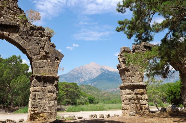 Ruiny starożytnego miasta Phaselis z widokiem na górę Olympus