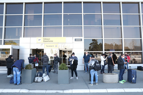 Putnici ispred ulaza u beogradski aerodrom
