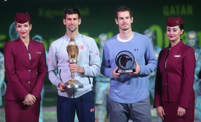Endi Marej drži utešnu nagradu, za poraz u finalu u Dohi