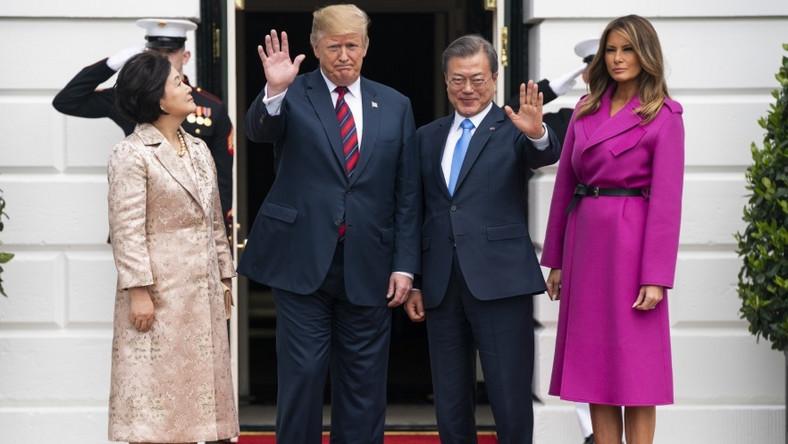 ... Stylizacja pani Trump wyglądała dużo bardziej nowocześnie niż zestaw koreańskiej prezydentowej...