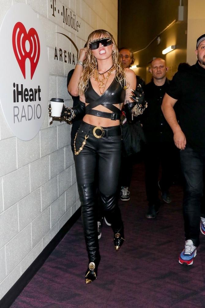 Majli je uz Kejtlin promenila stil odevanja, a sinoć je nastupila na AJti radio festivalu u Las Vegasu