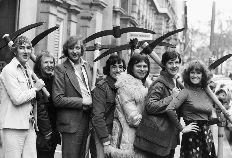 "Obsada ""Latającego cyrku Monty Pythona"": Peter Cook. Tim Brooke Taylor, Graeme Chapman, Terry Jones, Terry Gilliam i Michael Pali"