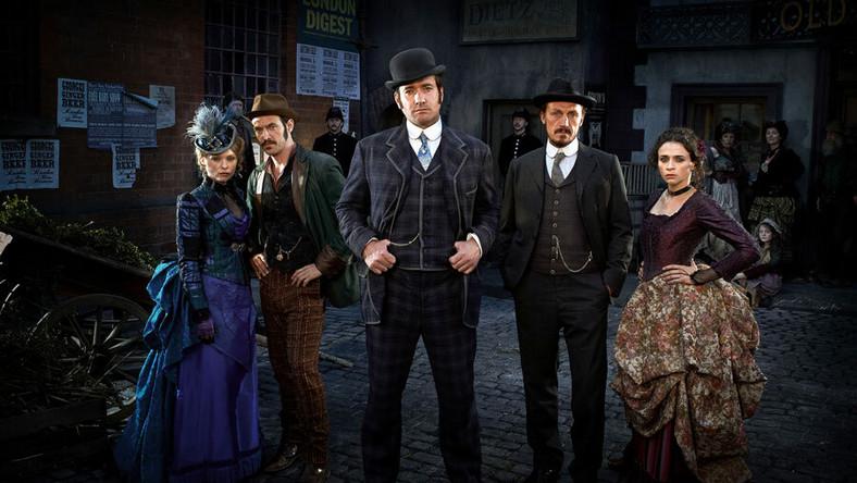 """Niech nie zmyli was polski podtytuł """"Tajemnica Kuby Rozpruwacza"""" – żadnych sekretów zabójcy z Whitechapel """"Ripper Street"""" nie ujawnia. Ale faktycznie akcja rozpoczyna się rok po morderstwach, a głównym bohaterem jest detektyw inspektor Edmund Reid (Matthew Macfadyen), zhańbiony nieudanym śledztwem w sprawie Rozpruwacza"""