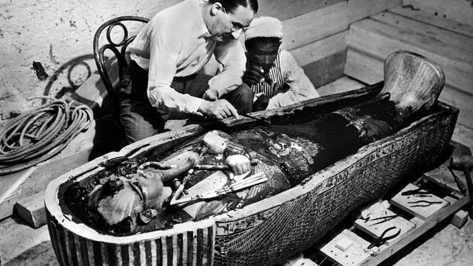 Howard Carter podczas badania sarkofagu faraona