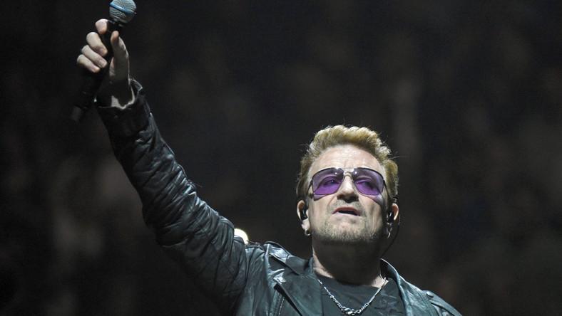 """Najsłynniejszym numerem nawiązującym do wydarzeń z najnowszej historii Polski jest """"New Year's Day"""" z doskonałej płyty U2 """"War"""" z 1983 roku. Początkowo Bono, pracując nad tekstem, myślał o stworzeniu miłosnego songu dla swojej żony. Szybko jednak zmienił trajektorię liryczną. poświęcając ją Solidarności i Lechowi Wałęsie. – Śnieg przedstawiłem jako obraz poddania się i okrycia, a krótkie narracje tak naprawdę są tłem dla najważniejszego tematu, którym był Lech Wałęsa osadzony w więzieniu, gdy jego żona nie mogła się z nim widywać. Kiedy nagraliśmy tę piosenkę, usłyszeliśmy, że w Nowy Rok stan wojenny w Polsce zostanie zniesiony – niewiarygodne – tak lider U2 wspomina numer w książce """"U2 o U2""""."""