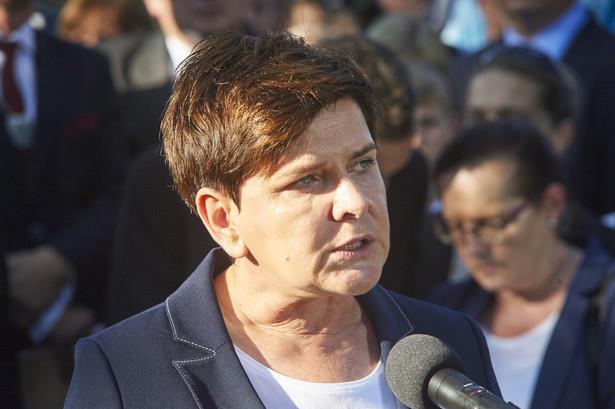 Premier Beata Szydło podczas uroczystości pogrzebowych na cmentarzu.
