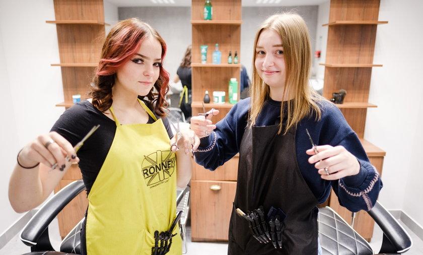 Zapisujemy, umawiamy i robimy nową stylizację każdemu, kto do nas trafi - mówią uczennice Natalia Kabza (16 l.) i Weronika Skurkiewicz (17 l.).