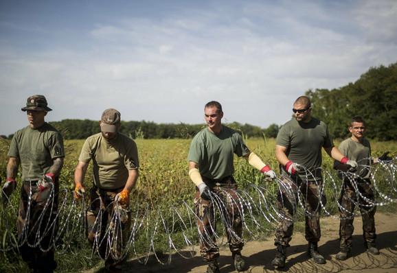 Mađarska vojska prilikom postavljanja žice na srpskoj granici