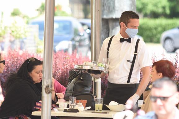 Konobar sa maskama i rukavicama