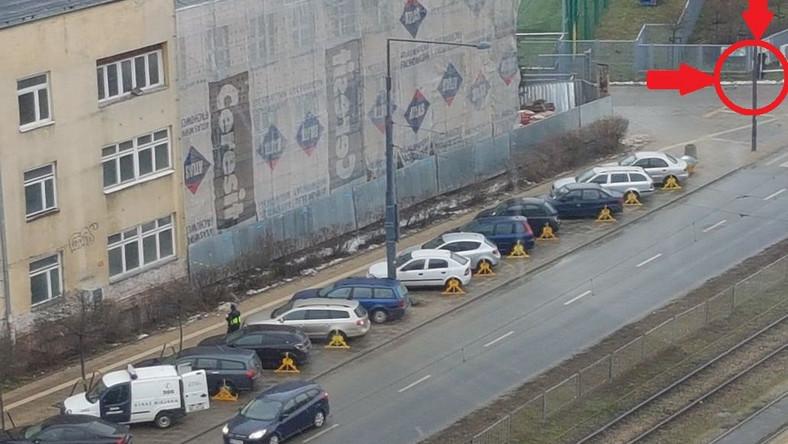 Na ulicy Okopowej w Warszawie (po zachodniej stronie drogi; przy zespole szkół) przez kilka dni strach było parkować. Zniknęły znaki drogowe