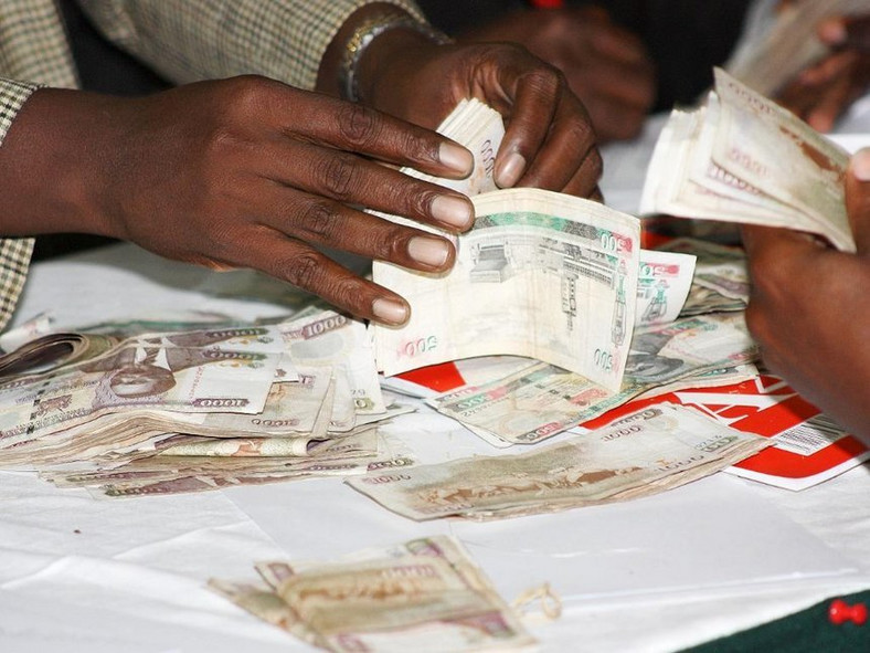 Money in Kenyan currency changing hands (Twitter)