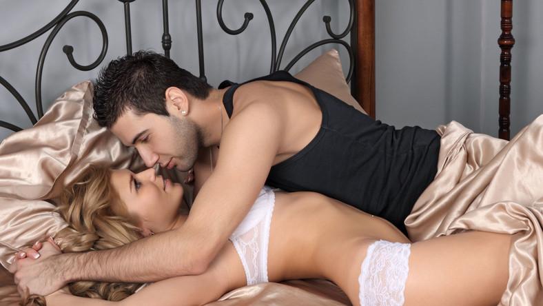 Impotencja dotyka coraz więcej osób w coraz młodszym wieku. Choć jest kojarzona przede wszystkim z zaburzeniami erekcji u mężczyzn, w rzeczywistości dopada wiele kobiet, które nie odczuwają żadnej satysfakcji z seksu. Osoby te, zanim sięgną po leki z apteki, mogą skorzystać z naturalnych afrodyzjaków. Oto produkty, które poprawiają potencję i wzmagają odczucia seksualne