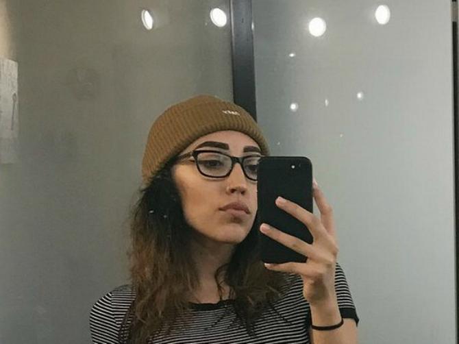 Objavila je selfi, a kada su ljudi zumirali sliku i videli OVO, počela je ŽUČNA RASPRAVA: Vidite li o čemu se radi?