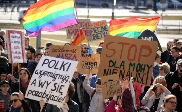"""Uczestniczki i uczestnicy Manify trzymali transparenty z napisami: """"Jest opresja – jest opór"""""""