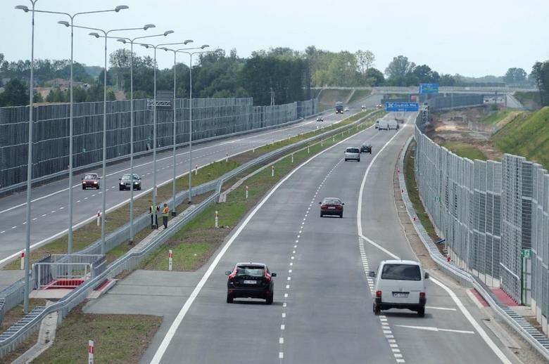 Kierowcy jadący prawym pasem autostrady, widząc samochód zamierzający włączyć się do ruchu, powinni – w miarę możliwości – ułatwić mu to i zjechać na lewy pas.